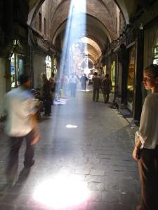 Ein Lichtstrahl durch die Decke im Suq erleuchtet mich :-)