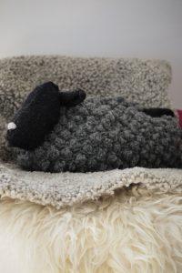 Purl Soho Bobble Sheep Stichfest Troll Kuscheltier Kissen stricken Wärmflasche
