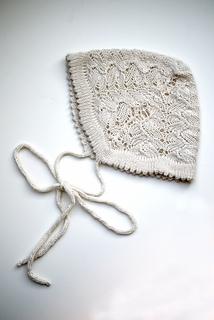 Gestrickte Mütze / Haube für ein Baby mit Band zum Knoten. stichfest Anleitung zum selber stricken