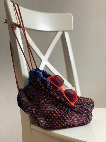 Zweifarbig gestricktes Einkaufsnetz aus Baumwolle stricken.