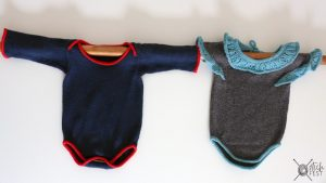 Zwei gestrickte Bodies für Babies