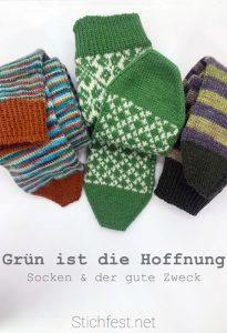 Drei unterschiedliche Paare handgestrickte Socken in unterschiedlichen grünen Garnen. Farbverlauf, Norwegermuster / Selbu, und Ringel