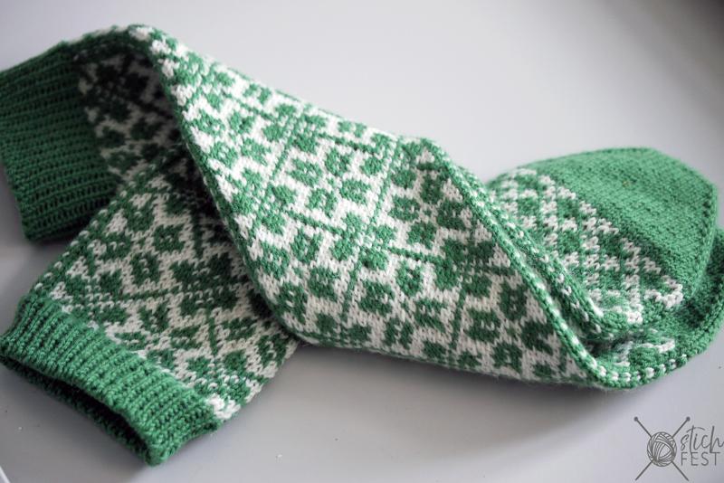 Selbu Muster in Grün. Traditionelle Socken im Norwegermuster stricken aus dem Lana Grossa Meilenweit Booklet 6