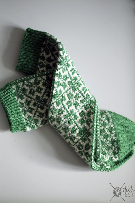 Grüne Selbu Socken im Norwegermuster gestrickt. Muster aus Meilenweit Booklet 6