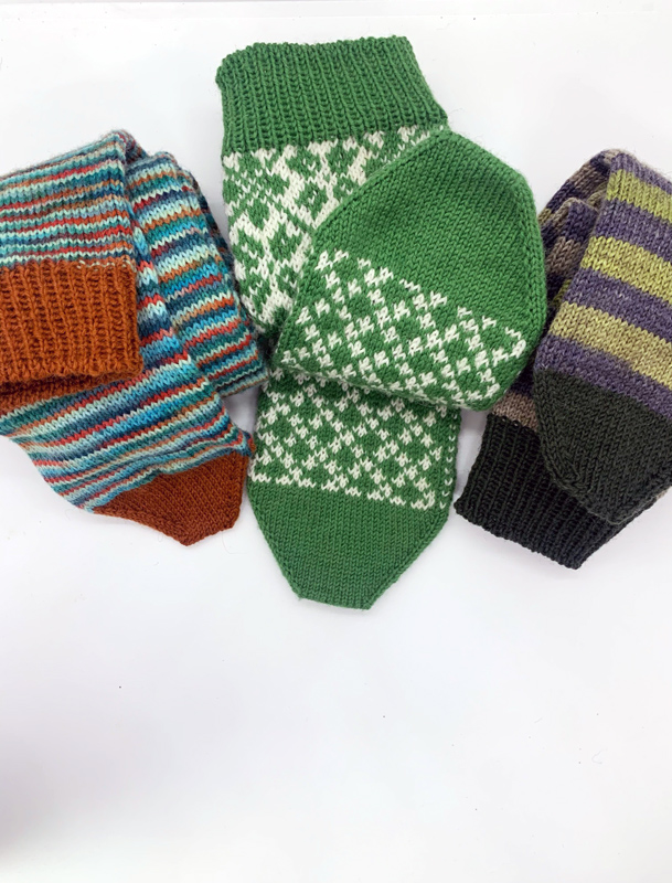 Grüne Socken handgestrickt für den guten Zweck spenden