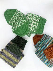 Drei paar grüne handgestrickte Socken für den Verein Eierstockkrebs eV